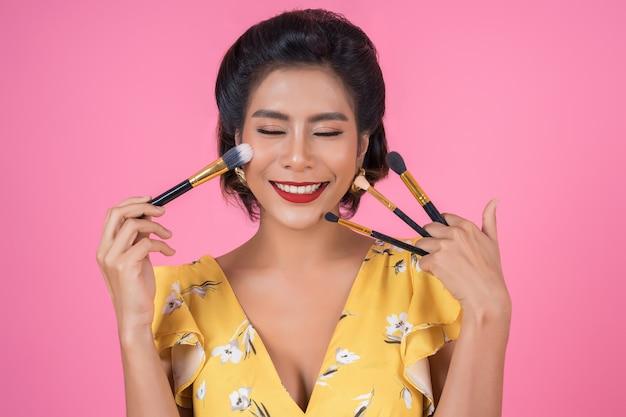 Retrato de mulher com show profissional de pincel de maquiagem