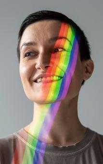 Retrato de mulher com símbolo lgbt