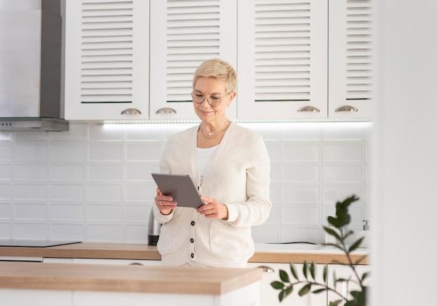 Retrato de mulher com tablet trabalhando