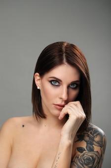 Retrato de mulher com tatuagem