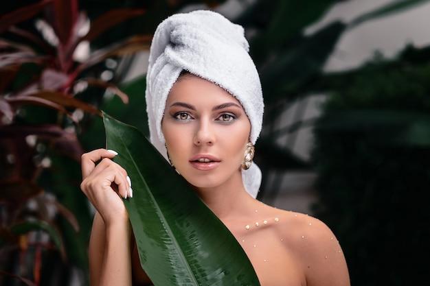 Retrato de mulher com toalha na cabeça