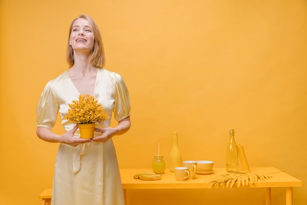 Retrato, de, mulher, com, um, panela flor, em, um, amarela, cena