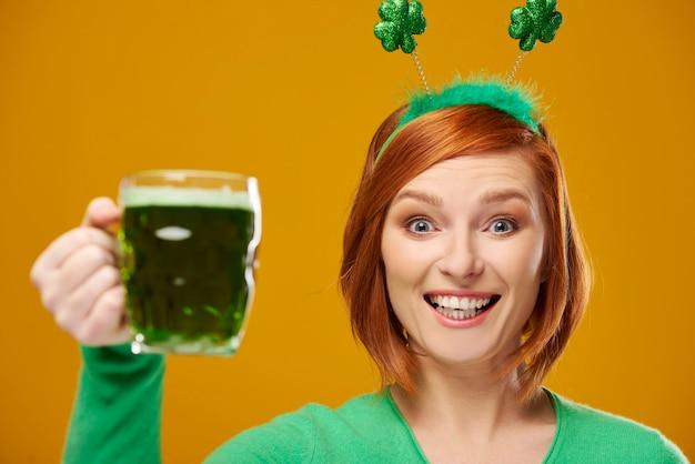 Retrato de mulher com uma caneca cheia de cerveja