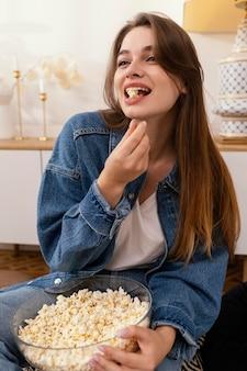 Retrato de mulher comendo pipoca