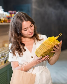 Retrato de mulher comprando produtos bio