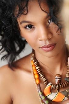 Retrato de mulher cubana bonita e jovem
