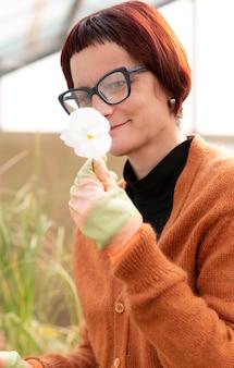 Retrato de mulher cultivando plantas