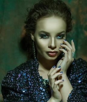 Retrato de mulher da moda glamour. tons escuros.