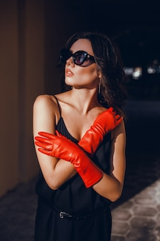Retrato de mulher de beleza na rua, retrato ao ar livre, modelo de fahion