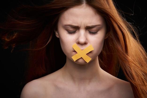 Retrato de mulher de boca fechada, feminismo, liberdade de expressão