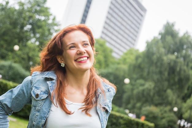 Retrato de mulher de cabelo vermelho lindo