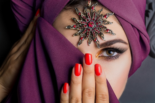 Retrato de mulher de leste de moda bonita.