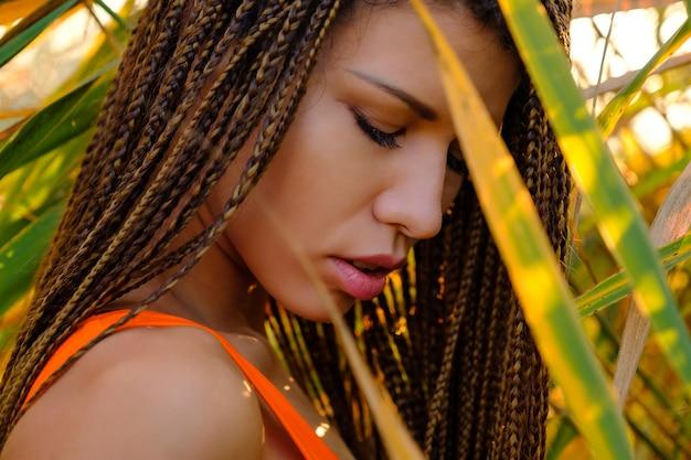 Retrato de mulher de maiô entre plantas