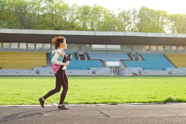 Retrato de mulher de meia idade correndo