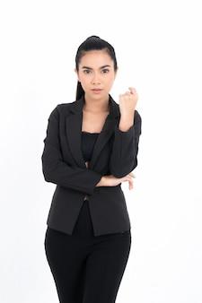 Retrato de mulher de negócios asiática com braços cruzados olhando