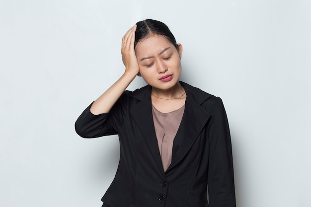 Retrato de mulher de negócios asiática doente e estressada com dor de cabeça