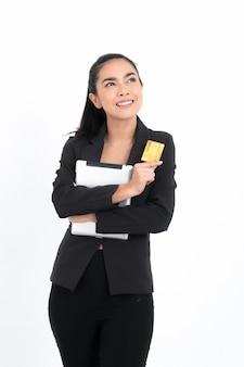Retrato de mulher de negócios asiáticos com cartão de crédito e documentos na mão.