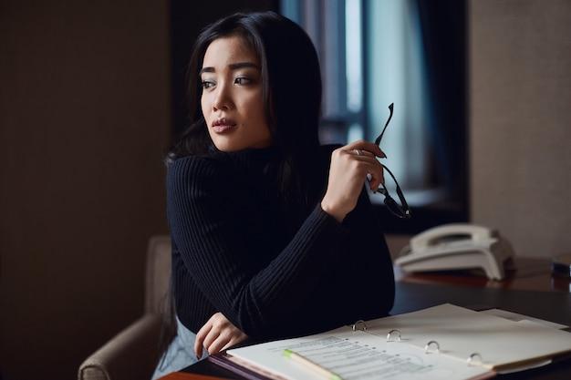Retrato de mulher de negócios bonita elegante em copos