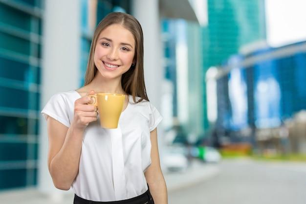 Retrato de mulher de negócios com copo