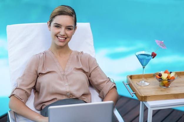 Retrato de mulher de negócios com laptop