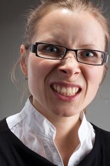 Retrato de mulher de negócios com raiva e liderança de óculos