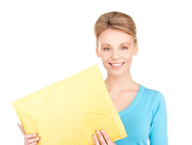 Retrato de mulher de negócios com um pacote sobre a parede branca