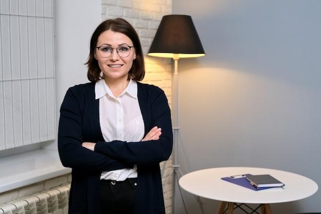 Retrato de mulher de negócios confiante, conselheira de meia-idade, advogada, conselheira, secretária em escritório, cópia espaço