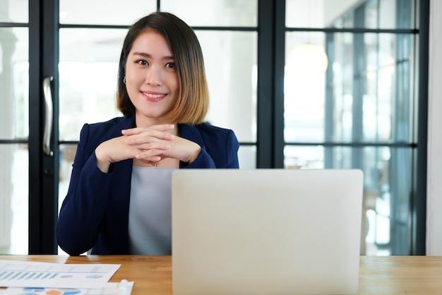 Retrato de mulher de negócios confiante no escritório.