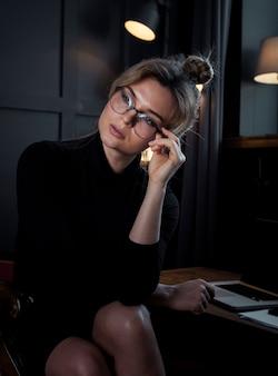 Retrato de mulher de negócios confiante, olhando para longe