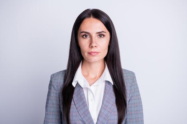 Retrato de mulher de negócios de financista de marketing inteligente sério com boa aparência na câmera pronta empresa crise saída estratégia desenvolvimento vestir terno xadrez isolado sobre fundo de cor cinza