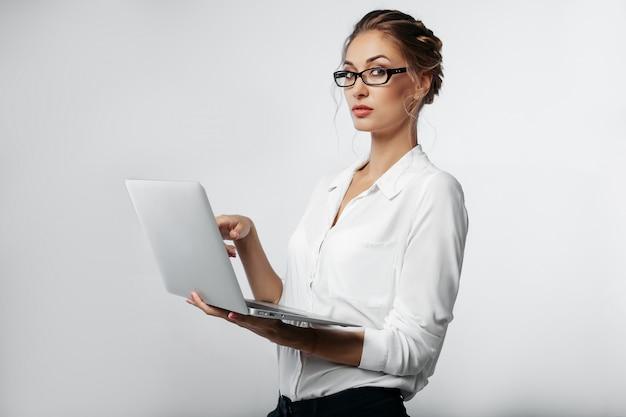 Retrato de mulher de negócios em estúdio com fundo cinza