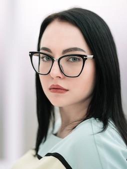 Retrato de mulher de negócios executiva com óculos