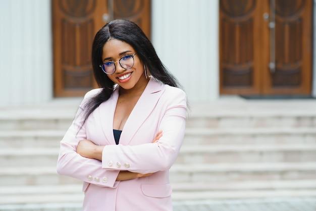 Retrato de mulher de negócios fora do escritório