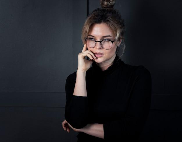 Retrato de mulher de negócios inteligente pensando