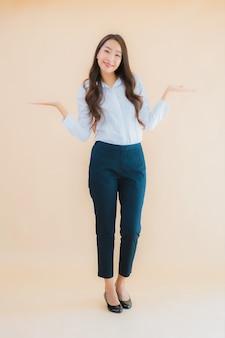 Retrato de mulher de negócios jovem asiática linda