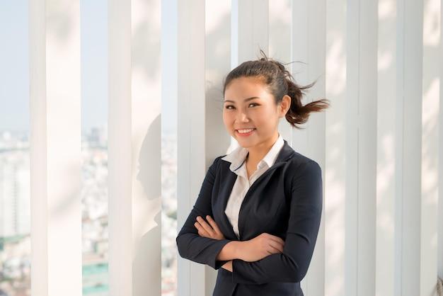 Retrato de mulher de negócios jovem feliz em um ambiente moderno