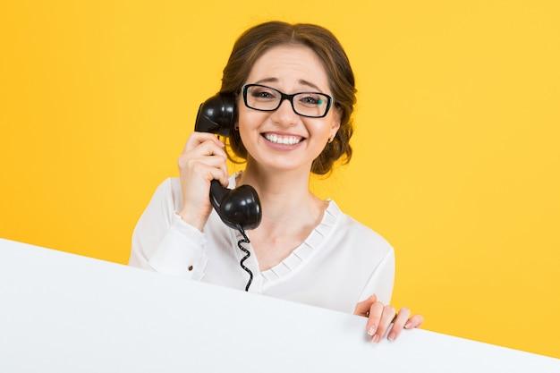 Retrato de mulher de negócios jovem feliz sorridente animado bonito confiante com telefone