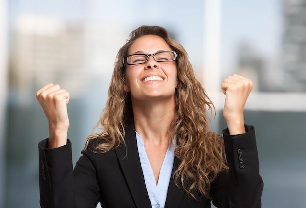 Retrato de mulher de negócios muito feliz