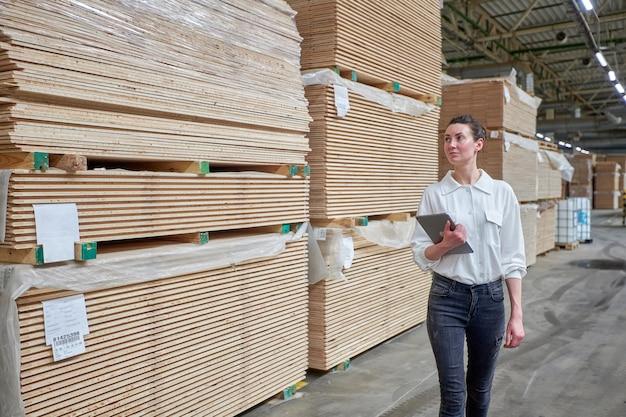 Retrato de mulher de negócios na carpintaria usando tablet
