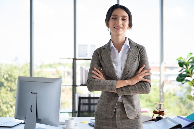 Retrato de mulher de negócios no escritório moderno