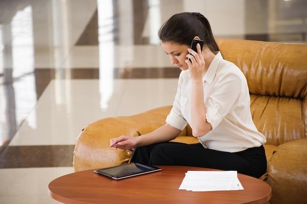 Retrato de mulher de negócios ocupada trabalhando no ipad