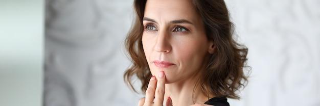 Retrato de mulher de negócios olhando para longe com calma e seriedade.