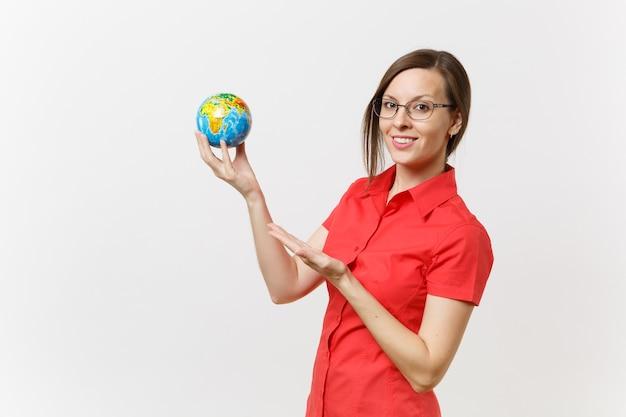 Retrato de mulher de negócios ou professor de camisa vermelha, segurando nas palmas das mãos globo terrestre isolado no fundo branco. problema de poluição ambiental. pare o lixo da natureza, o conceito de proteção do meio ambiente.