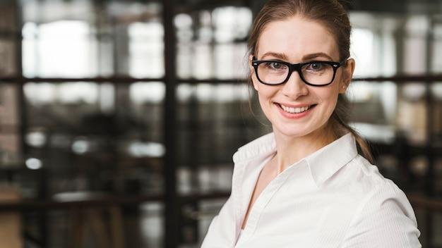 Retrato de mulher de negócios profissional dentro de casa