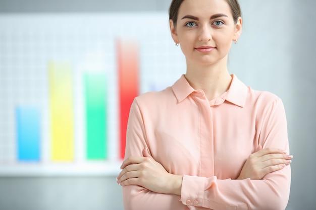 Retrato de mulher de negócios sobre o crescimento do lucro gráfico