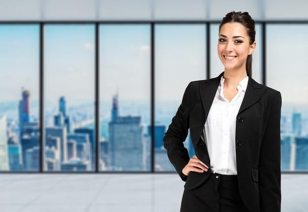 Retrato de mulher de negócios sorridente em um escritório moderno