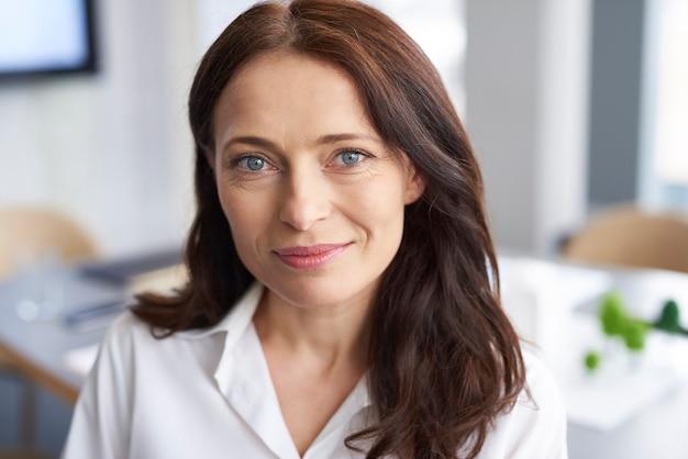 Retrato de mulher de negócios sorridente no escritório