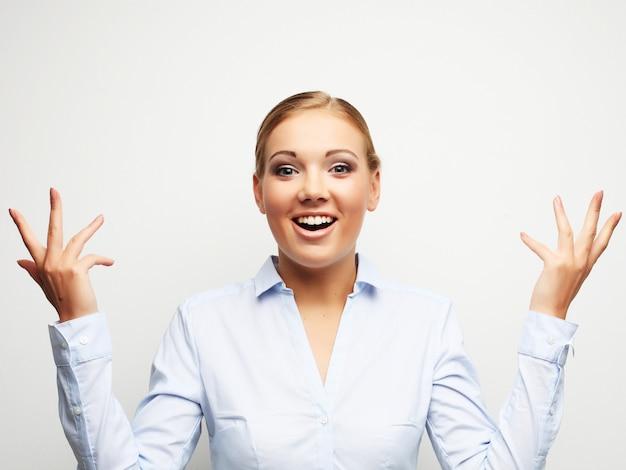 Retrato de mulher de negócios surpreendente sobre branco