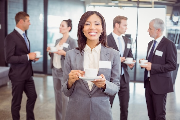Retrato de mulher de negócios tomando chá durante o intervalo