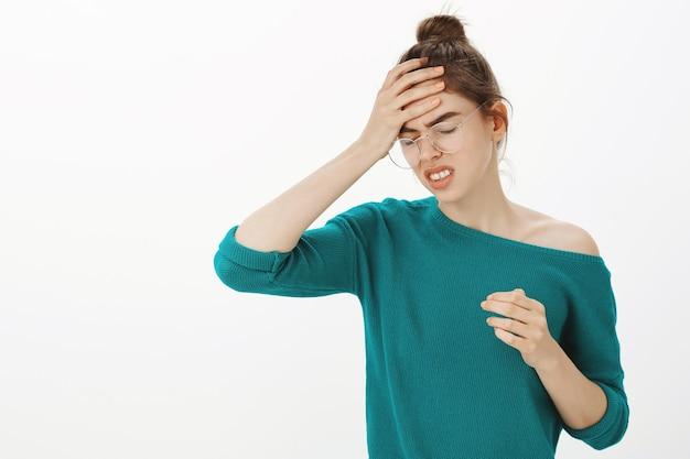 Retrato de mulher de óculos com dor de cabeça, tontura ou febre, enxaqueca